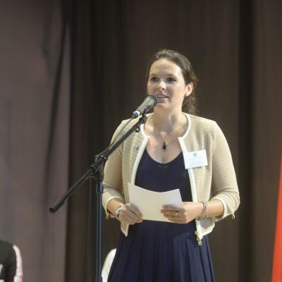 """Philomena Poetis hosting the event poetry slam """"Was uns verbindet und nicht trennt!"""