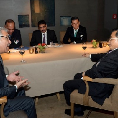 In deep discussions: His Excellency Pakistani Minister of Defence Khawaja Asif and Vice-Foreign Minister of China Liu Zhenmin (front); (back from left to right) H.E. Pakistani Ambassador Hasan Javed, Pakistani Consul General Dr. Imtiaz Kazi, Pakistani Honorary Consul Dr. Pantelis Christian Poetis; (Photo: Schunk)