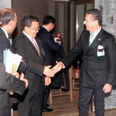 Chinese Deputy Foreign Minister Liu Zhenmin being welcomed at the Economy Talks venue by Consul Dr. Poetis (Photo: Schunk)