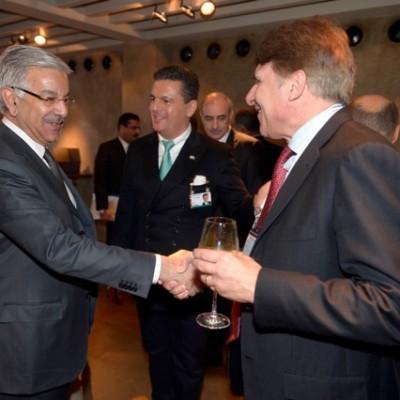 With Dr. Freiherr Endres von Tucher, private investor (far right); (Photo: Schunk)